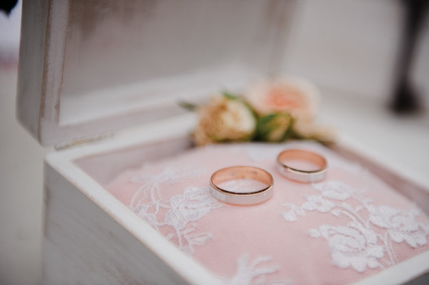 반지를위한 상자. 웨딩 정보. 프리미엄 사진