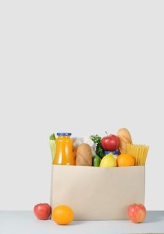 Коробка с едой на столе. доставка на дом.