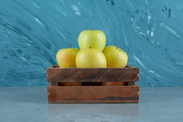 大理石の背景に、新鮮なリンゴの箱。高品質の写真