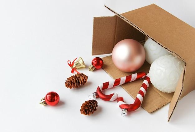 クリスマスボールとクリスマスの飾りが入った箱