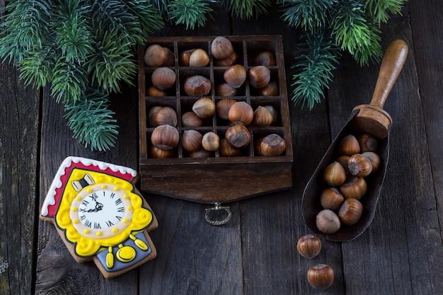 ヘーゼルナッツの入った箱、ナッツの入ったスクープ、カッコウ時計の形のケーキ、松の枝の周り