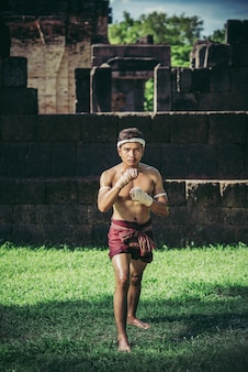 ボクサーが手にロープを結び、ムエタイの格闘技を戦いました。