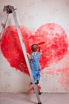 Мальчик, ведро, стоят на лестнице, красят стены в красный, большое сердце.