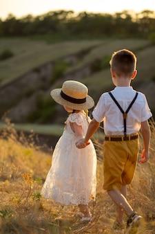 男の子と女の子は手をつないで行きます。