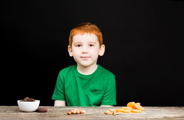 Мальчик и сухофрукты