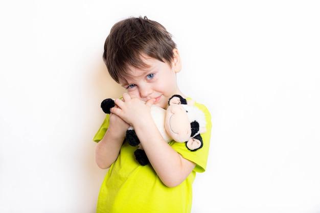 황소 장난감을 들고있는 소년