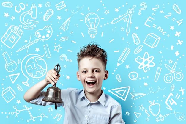 Мальчик в легкой рубашке улыбается и звонит в колокольчик. вокруг него различные школьные иконки на синем