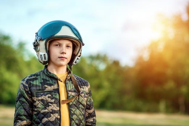 Мальчик в шлеме летчика