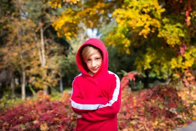 Мальчик в красной толстовке
