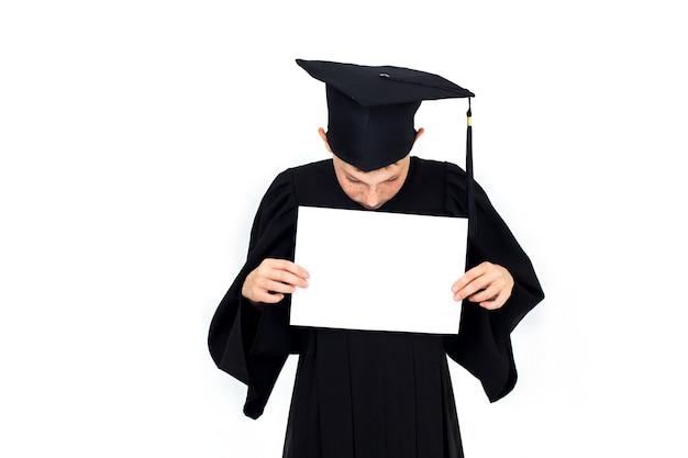 Мальчик в студенческой шляпе держит пустой рекламный щит