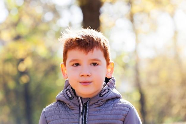 Мальчик в осеннем парке