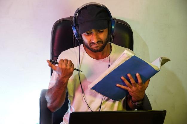 한 소년이 온라인 대학 수업을 듣고 있다