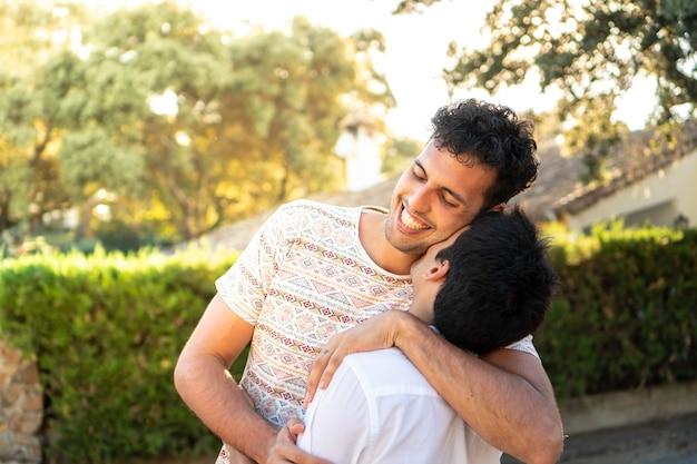 彼氏にキスをする少年彼らの愛を楽しんでいる同性愛者のカップル幸せな誇り高きlgbカップル