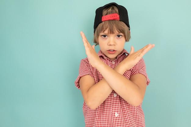 少年は「停止」と言うか、何か、青い背景に分離された画像から拒否