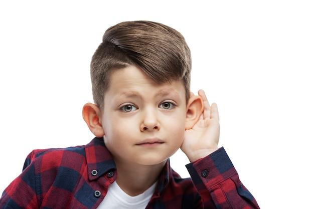 耳の大きい男の子が聞いています。閉じる。白で隔離。