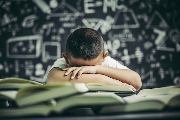 勉強と眠気のある眼鏡の少年。