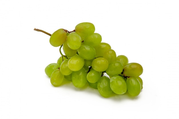 Ветка зеленого винограда с каплями горизонтально на белом