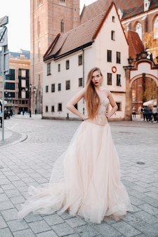 ヴロツワフの旧市街で長い髪のウェディングドレスを着た花嫁