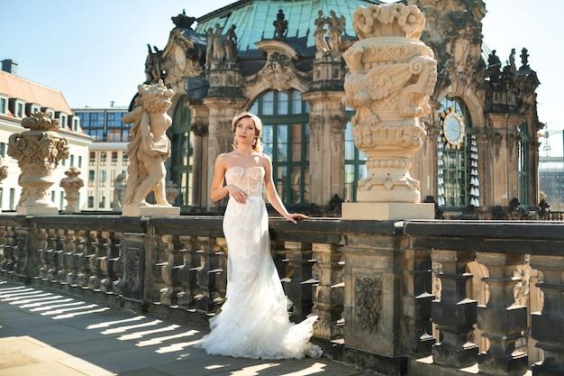 드레스덴의 유명한 바로크 츠 빙거 궁전에 하얀 드레스를 입은 신부