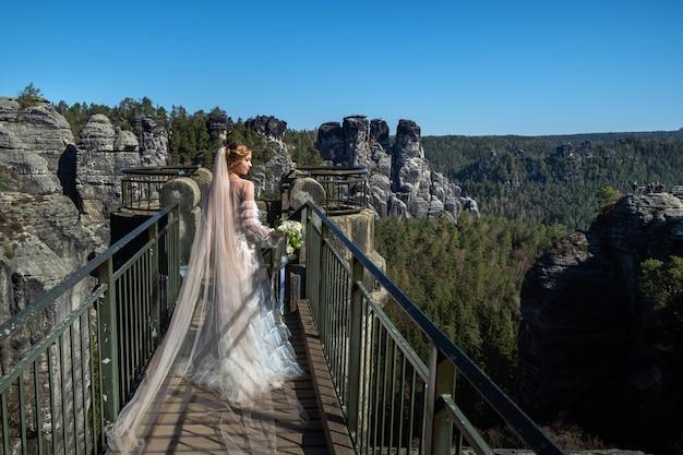 Невеста в белом платье с букетом цветов