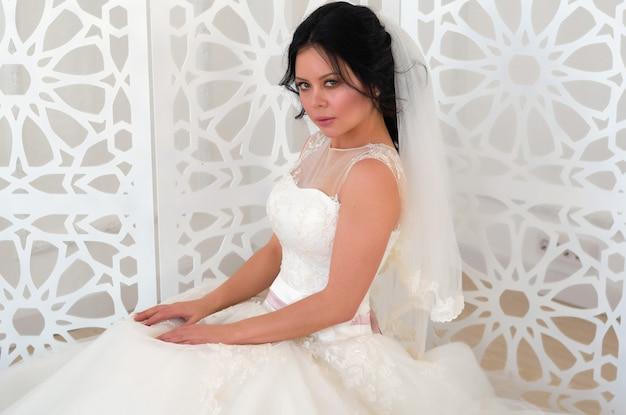 明るい部屋で白いウェディングドレスの花嫁