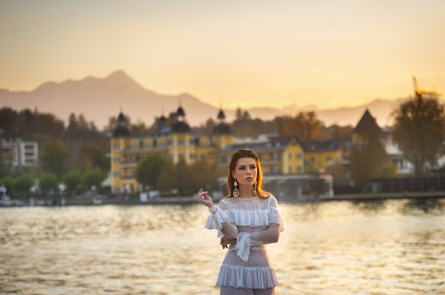 일몰 오스트리아의 구시 가지에 하얀 웨딩 드레스의 신부