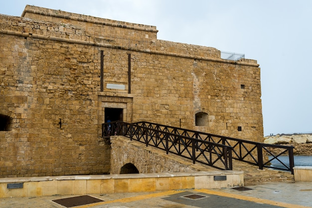 Мост от средневекового форта в пафосе, кипр 2016