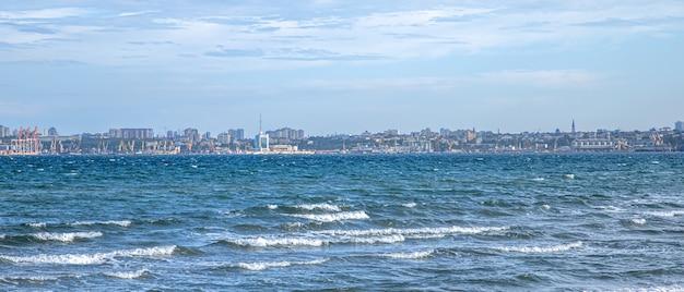 수평선에 도시 풍경과 밝은 푸른 바다.