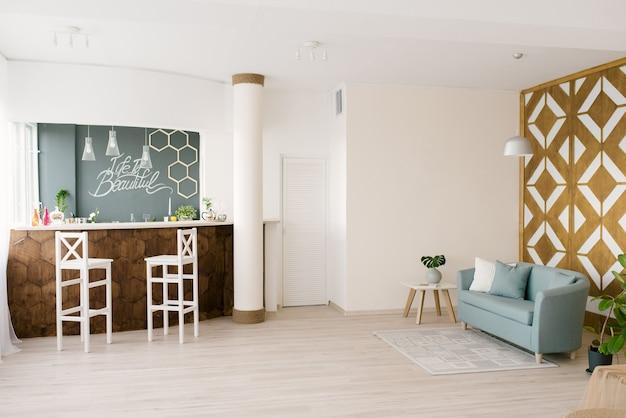 Светлая гостиная в скандинавском стиле с барной стойкой. деревянные элементы в интерьере дома