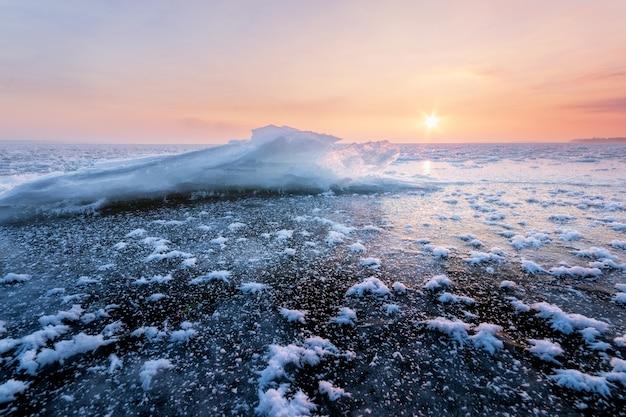 明るい冬の朝の風景