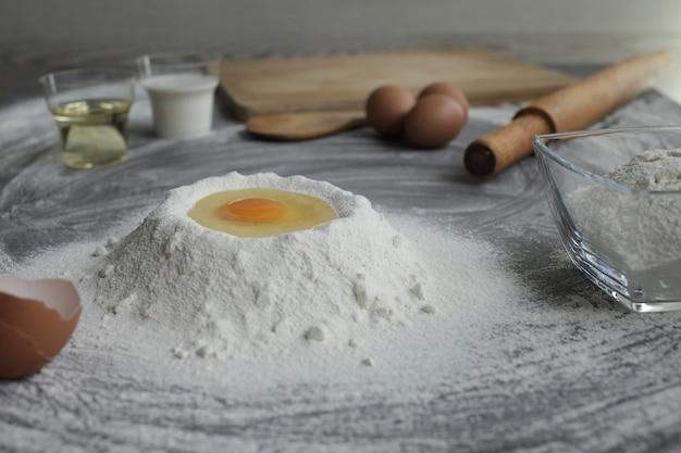 밀가루 더미에 깨진 닭고기 달걀