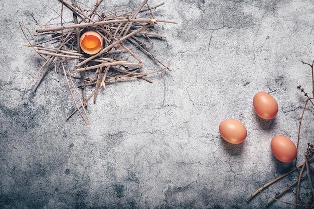 壊れた卵など、素朴な料理の空間