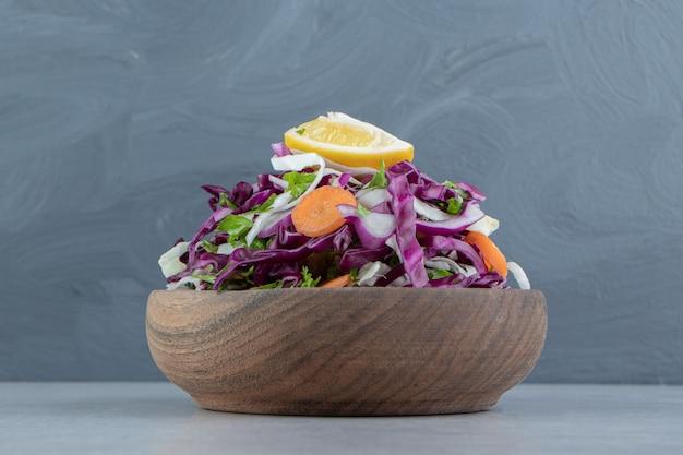 대리석에 혼합 야채의 갈색 그릇.