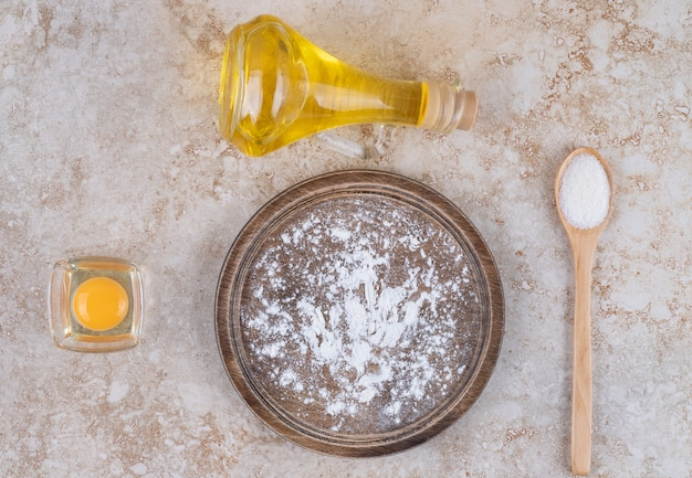 Коричневая тарелка муки и стакан молока