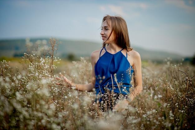 피 필드 중간에 갈색 머리 여자 소녀. 꽃가루와 꽃 알레르기.