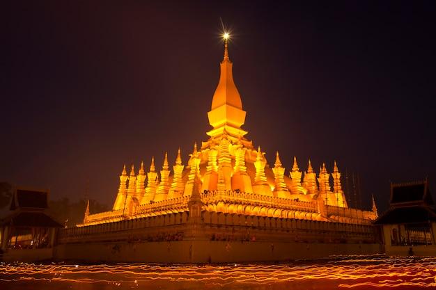 寺院の周りに明るいろうそくで手を携えて歩く仏教の儀式。スロー