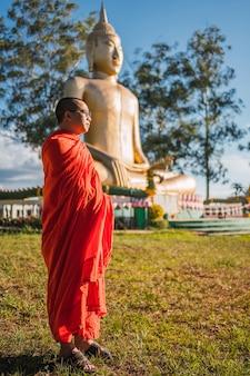 Буддийский монах перед буддой в посадас мисьонес, аргентина