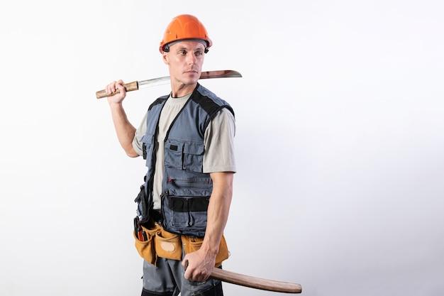 片手に短い刀を持ち、もう片方の手に鞘を持ったビルダー。ヘルメットと作業服を着た修理工。どんな目的でも。
