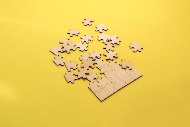 乱雑さの問題を解決するテーブル上の空白のジグソーパズルの束