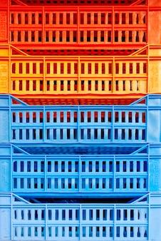 色付きのプラスチックの箱の束