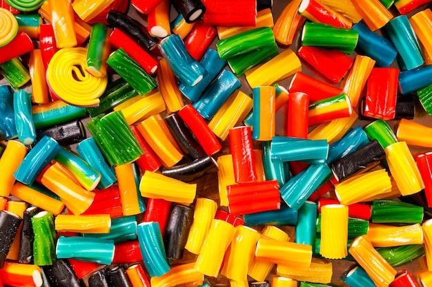 Пучок фигурного разноцветного мармелада. сладкий десерт