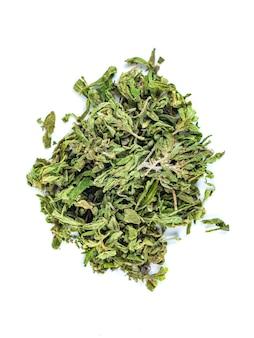 건조 약용 대마초의 무리, 의료 목적을위한 마리화나, 흰색, 상위 뷰에 고립