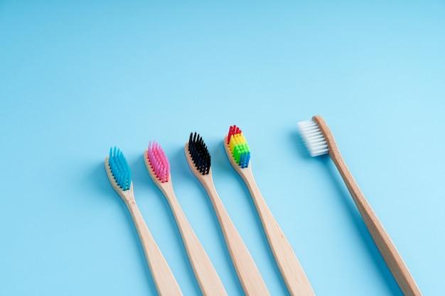Связка экологически чистых зубных щеток из бамбука. мировые экологические тенденции. гендерное и расовое неравенство. зубные щетки разного пола.