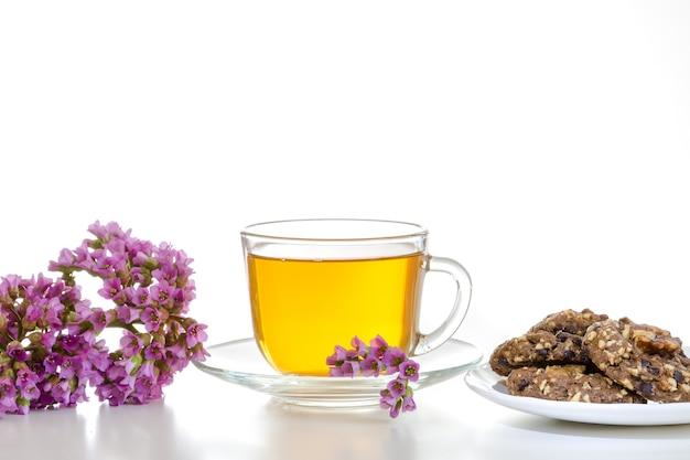 花とクッキーと薬用茶の束