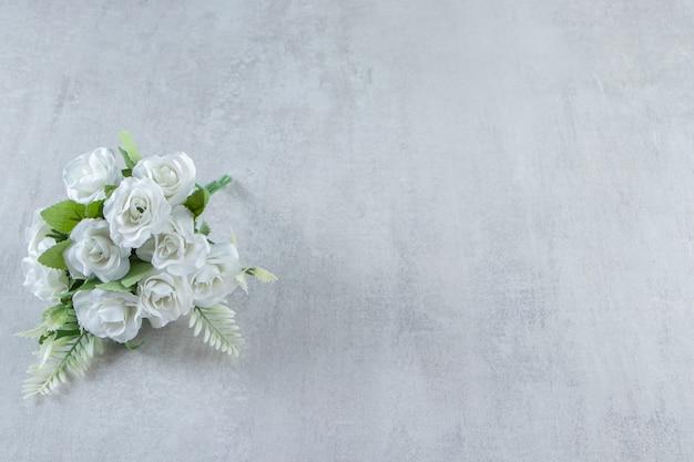 흰색 배경에 꽃의 무리입니다. 고품질 사진