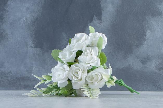 白いテーブルの上に、花の束。
