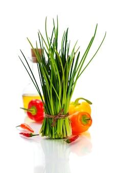 Пучок свежего чеснока и овощей на белом