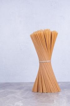 地面に生の自家製スパゲッティの束