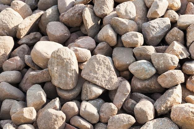 복고 스타일의 건물에 사용하기 위해 건설 현장에 누워 다양한 크기의 돌의 무리