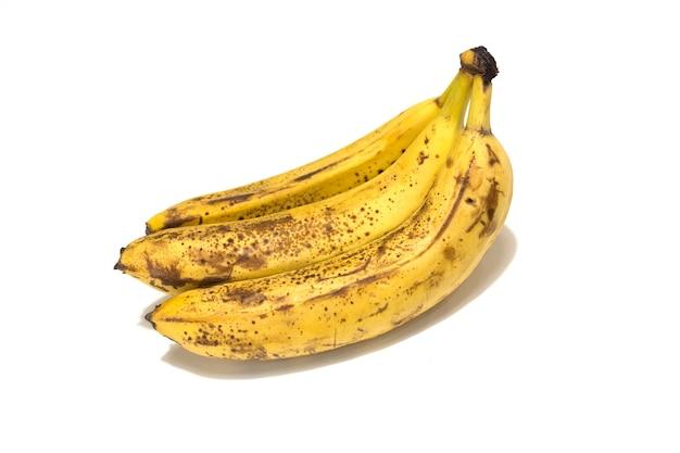 흰색 배경에 격리된 세 개의 익은 바나나 클로즈업. 고품질 사진